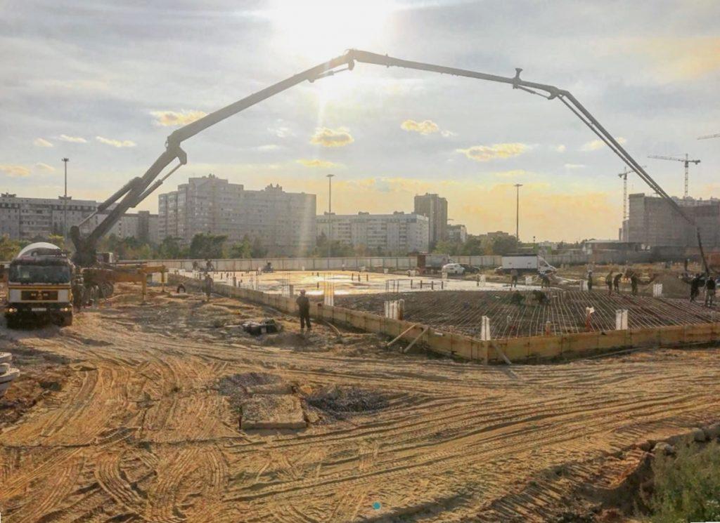 Бетон для бетононасоса, заливка фундаментной плиты, подача бетона