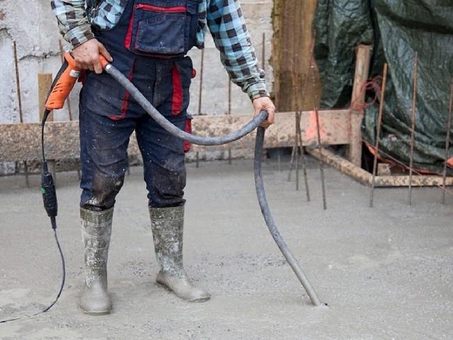 вибрируют бетон
